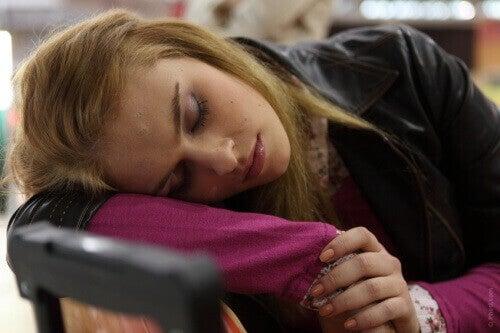 дівчина спить