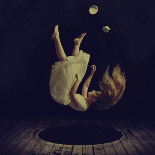 дівчина падає