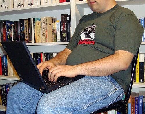 чоловік з ноутбуком на колінах