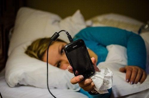 дівчина з телефоном