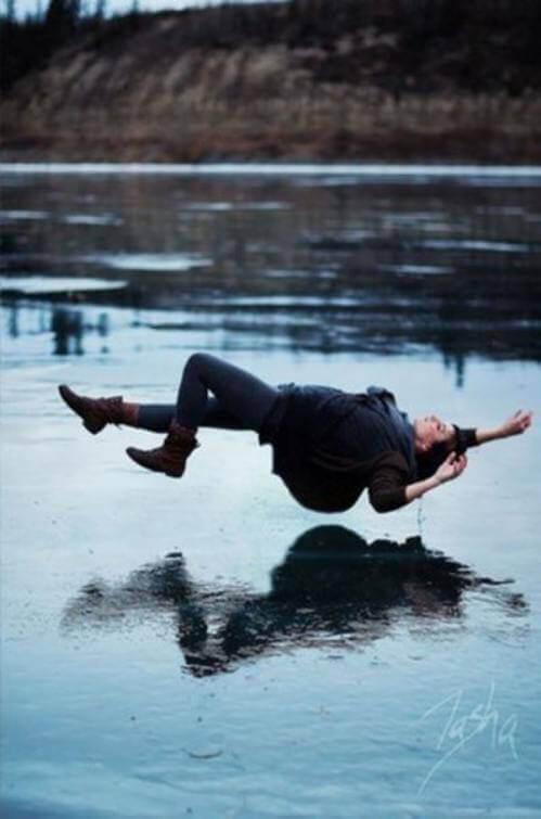 дівчина лежить на воді
