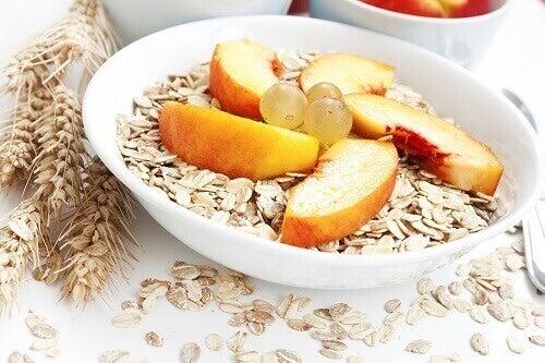цільні зерна та фрукти для корисного сніданку