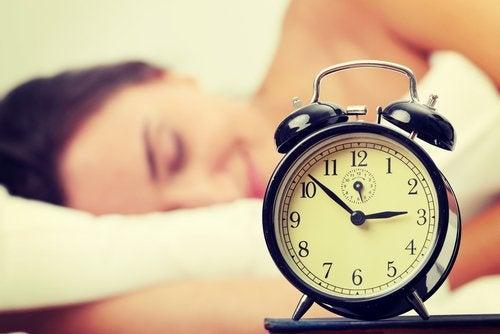 жінка та будильник