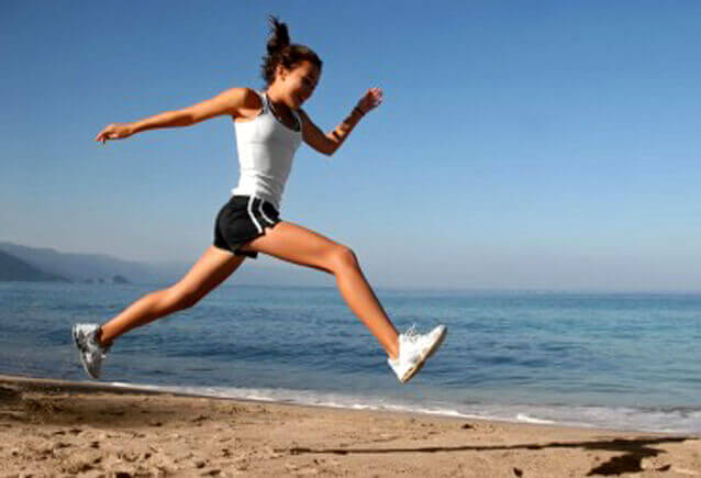 дівчина біжить