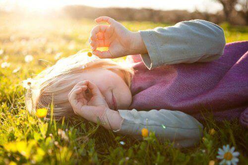 дитина грається на природі