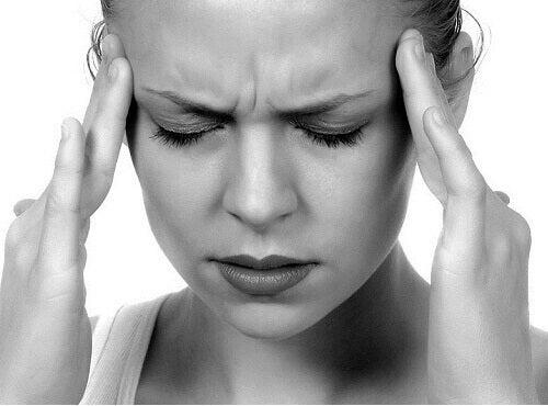 дівчині болить голова