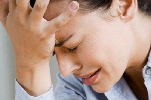 дівчина яку турбує головний біль