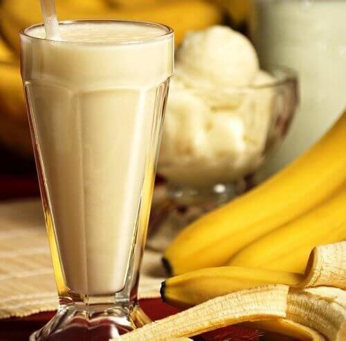 склянка йогурту з бананом