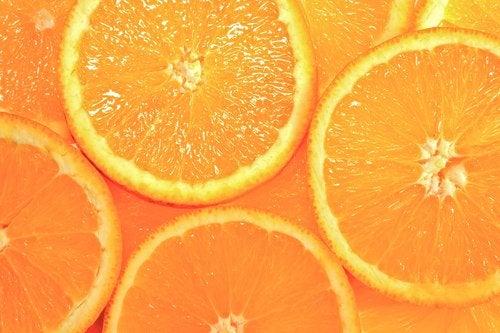 апельсин символізує оранжевий колір