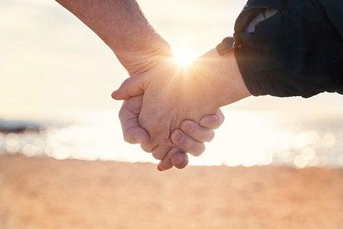 дві людини тримаються за руки