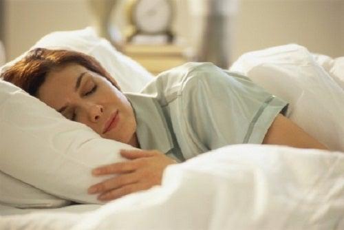 жінка спить у ліжку