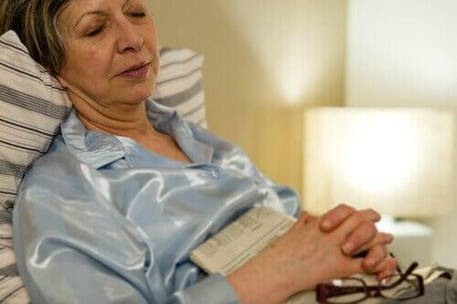 жінка заснула читаючи книжку
