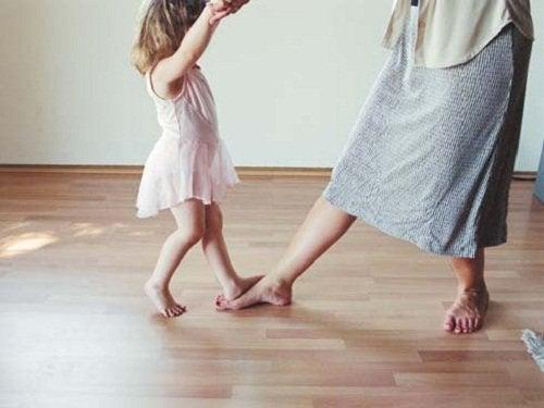 мама танцює з дитиною