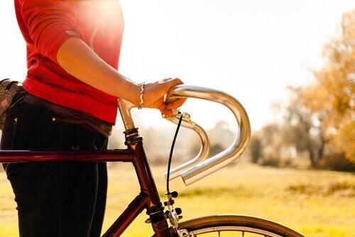 дівчина з велосипедом