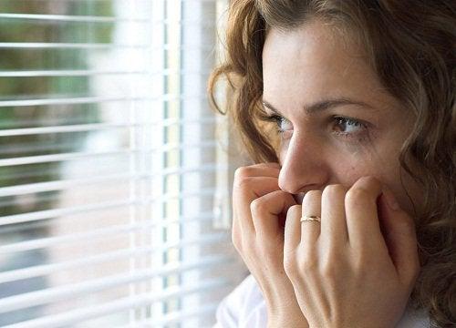 сумна та занепокоєна жінка
