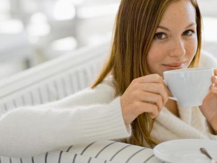 дівчина п'є чай