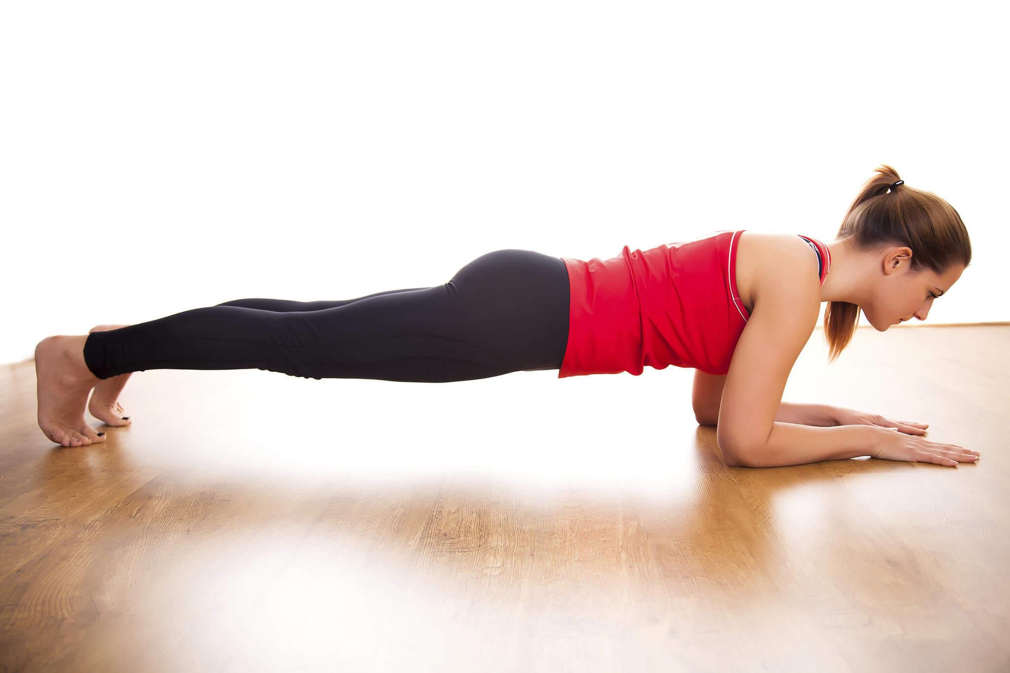 дівчина виконує вправу «планка»