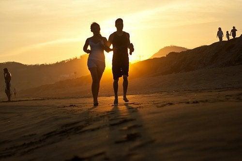 пари біжить на пляжі