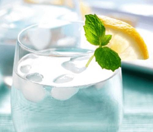 вода з льодом та лимоном
