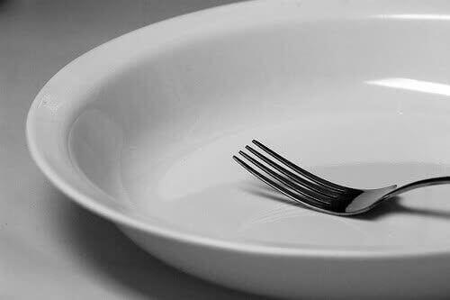 порожня тарілка та вилка