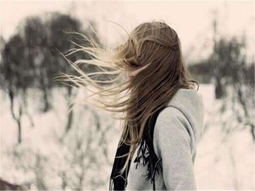 самотня дівчина