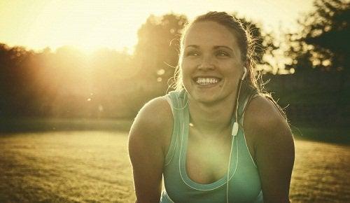 усміхнена жінка
