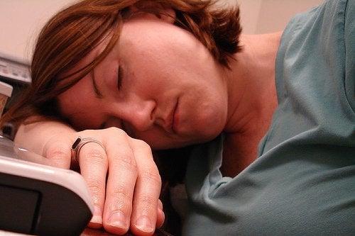 надмірна сонливість вказує на дефіцит вітамінів