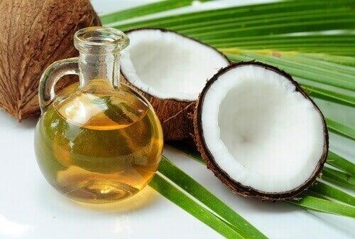кокосова олія допоможе приборкати неслухняне волосся