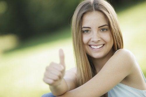 дівчина що посміхається