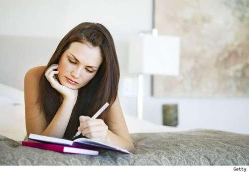 дівчина пише в щоденнику