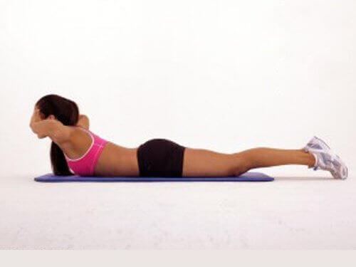 жінка виконує вправи на животі