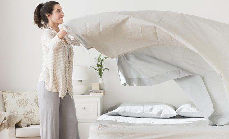 британські вчені повідомляють, що не варто застеляли ліжко вранці