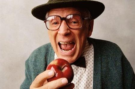 чоролік хоче вкусити яблуко