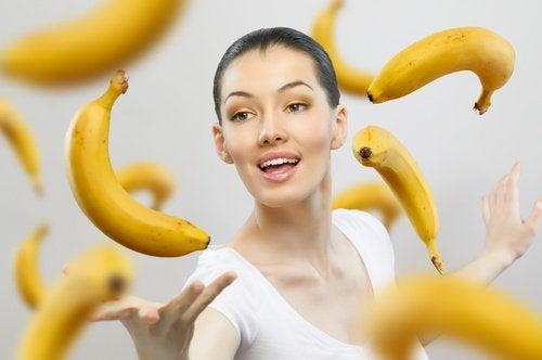 дівчина та банани