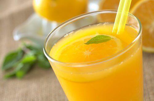 апельсиновий сік у склянці