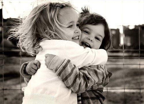 діти обіймаються