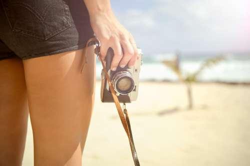 дівчина тримає фотоапарат