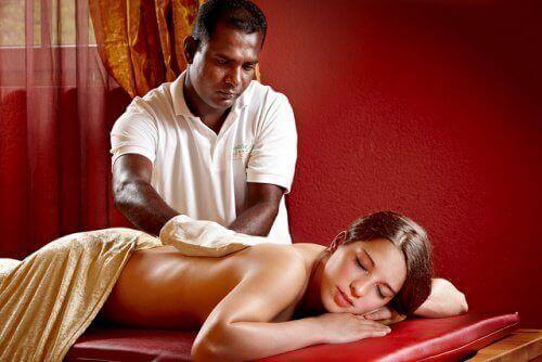 масажит робить жінці масаж спини