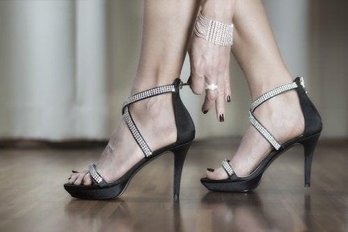 пришити ремінці до взуття на підборах