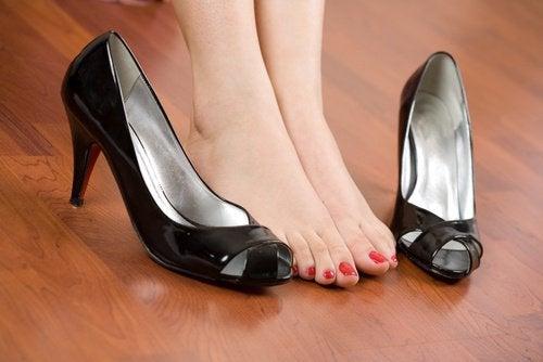 Як носити взуття, щоб не боліли стопи