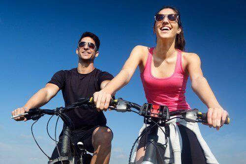 пара подорожує на велосипедах
