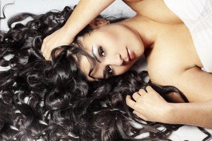 чорне кучеряве волосся у дівчини