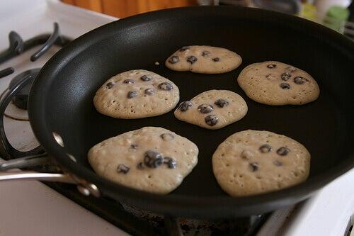 приготуванні їжі на сковороді