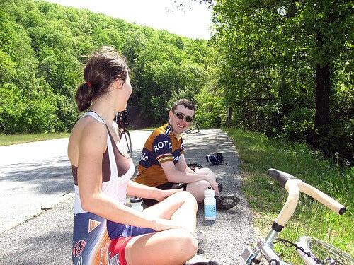 хлопець з дівчиною сидять на дорозі