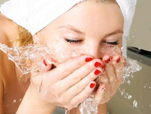 жінка вмивається водою