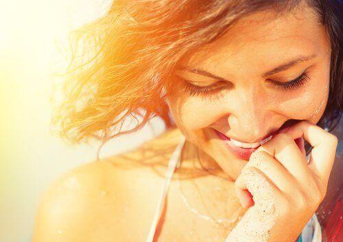 жінка усміхається