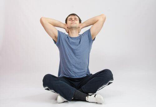 чоловік виконує вправу у позі лотосу