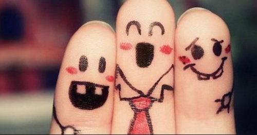 розфарбовані пальці