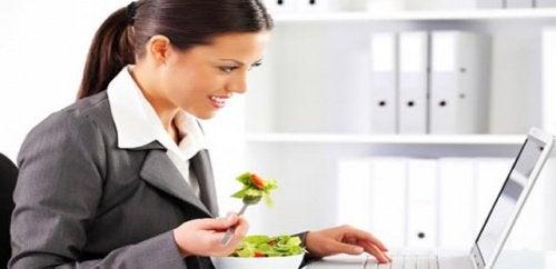 їжте меншими порціями, але часто протягом дня