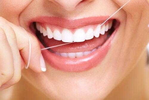 Зубна нитка та зубний наліт